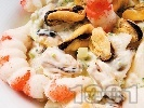 """Рецепта Салата """"Жак"""" с миди, скариди, грах, чушки и майонеза"""